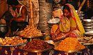 Индусы — сладкоежки, на рынке всегда много всяких сладостей