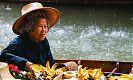 Торговцы с лодок предлагают свои товары